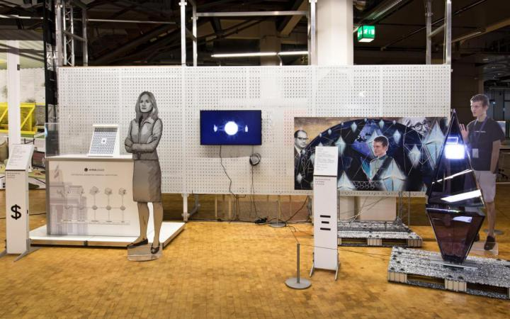 Installation mit Figuren, Objekten und einem Bildschirm