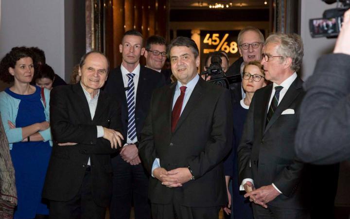Kurator Eckhart Gillen und Sigmar Gabriel bei der Ausstellungseröffnung in Moskau.