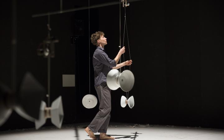 Der Künstler Julian Vogel während einer Performance mit Diabolos, Filmstill aus der Videoinstallation »CHINA SERIES #6«, 2019 / © Julian Vogel, Foto: Savino Caruso