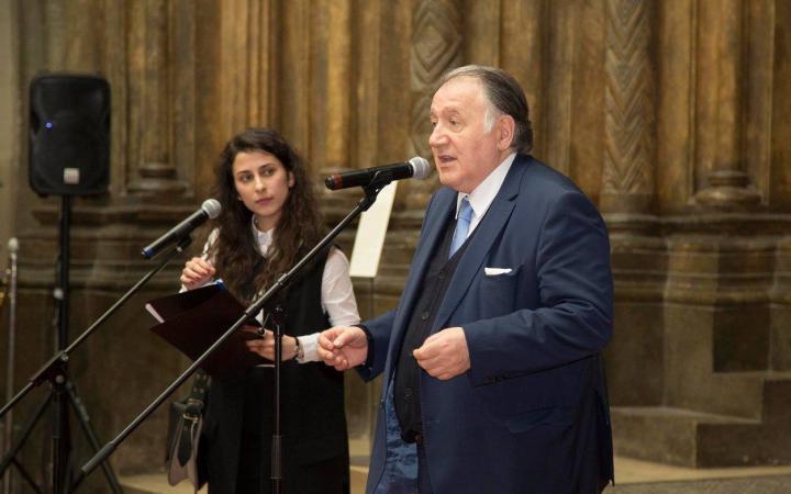 Peter Weibel spricht bei der Eröffnung in Moskau