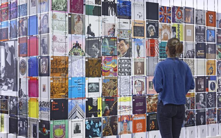 Blick in die Ausstellung »Helmut Heißenbüttel: schreiben sammeln senden«