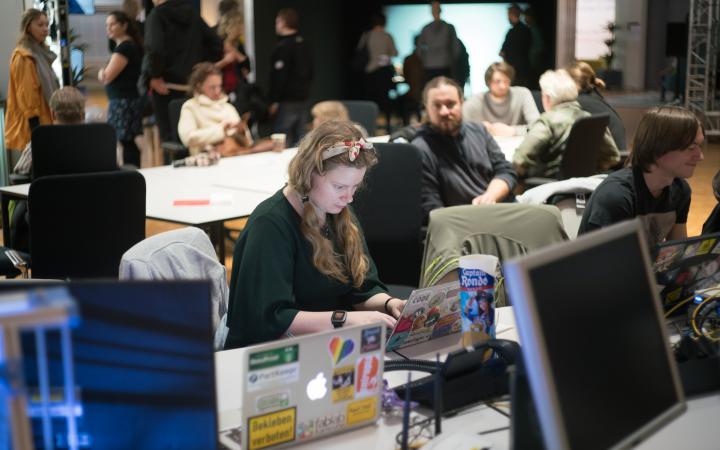 Eine Frau arbeitet an einem Laptop.