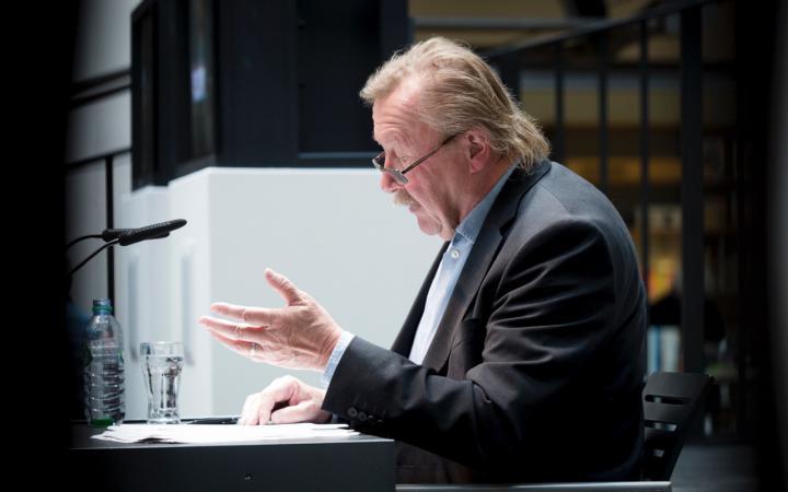 Das Foto zeigt den gestikulierenden Peter Sloterdijk bei einer Rede