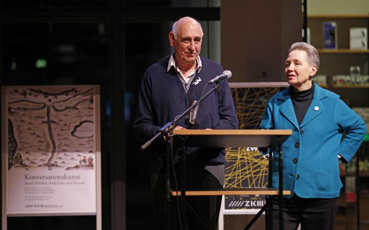 Die Künstler Kurd Alsleben und Antje Eske stehen am Rednerpult.