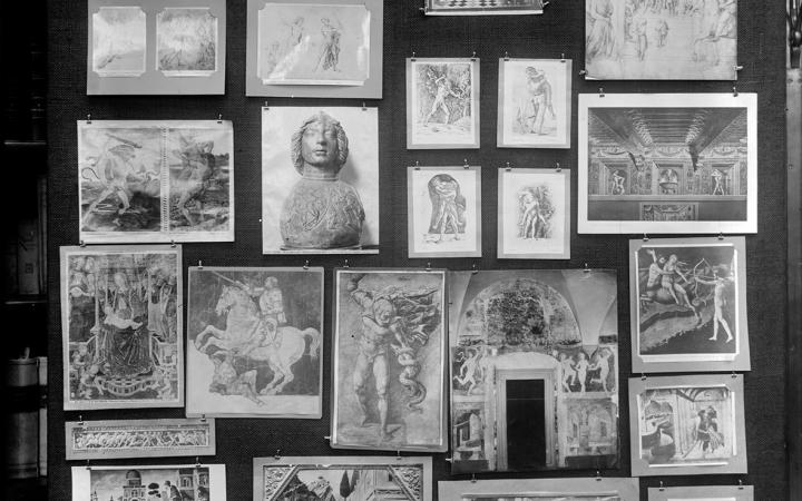 Aufnahme der Tafel 32 des Mnemosyne Bilderatlas: Schwarze Tafel mit Fotos unterschiedlicher Kunstwerke