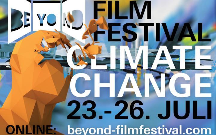 Ein Kopf geformt aus geometrischen Formen der sich an der Stirn öffnet. Dort steht in großen Buchstaben »Beyond Film Festival Climate Change«