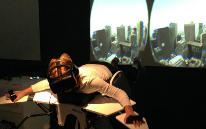 Mädchen testet den Vogelflugsimulator »Birdly«.