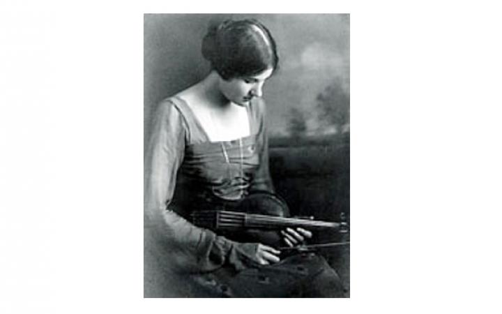 Eine Fotografie mit dem Portrait einer jungen Frau mit einer Viola.
