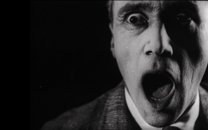 Bild aus dem Film »Alles dreht sich, Alles bewegt sich« von 1929. Abgebildet ist ein Mann mit aufgerissenem Mund in Schwarz-Weiß.