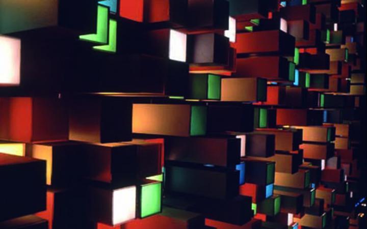 Farbige, elektrisch beleuchtete Glaskuben
