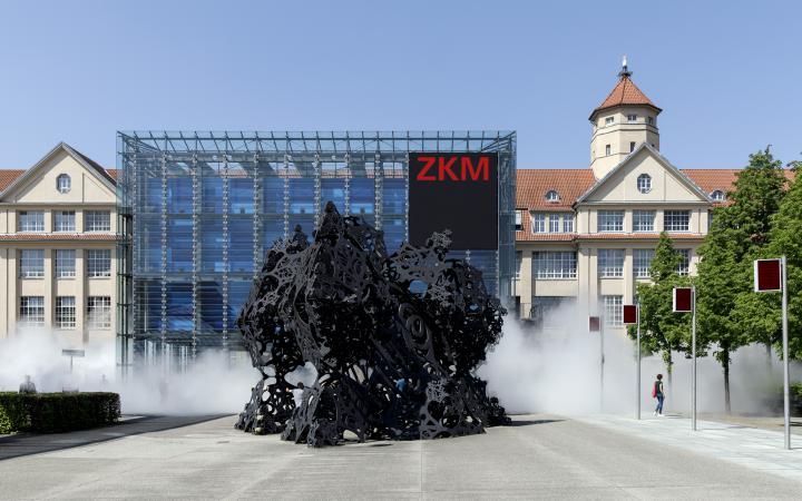 Zu sehen ist der Eingang des ZKM sowie der Kubus mit einer sich leicht anmutenden Nebelschwade.