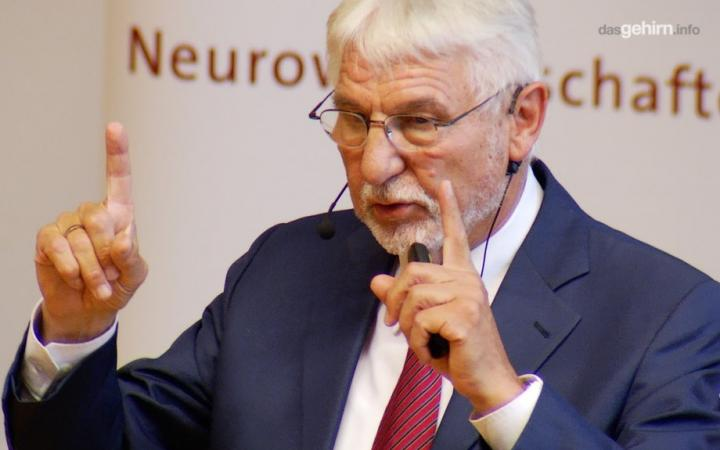 Portrait of Gerhard Roth during a lecture.