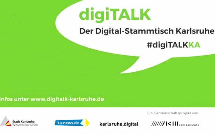 """Ein Mann hält ein Mikrofon in der hand, um ihn herum sitzen Menschen und hören zu. Unten steht """"Digitalk Karlsruhe"""" und daneben ein Symbol einer Pyramide. Links steht """"#digiTALKKA"""" und die Andeutung einer Sprechblase."""