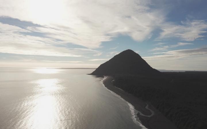 Drohnenbild der geologischen Formation von Vilcun, wo sich die Felsenkunst-Höhlen im Nordwesten Patagoniens befinden. Die natürliche Pyramide bildet eine Verbindungsstelle zwischen dem Südpazifik und mehreren Vulkanen, einschließlich des Chaitén.