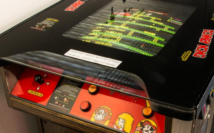 Nahaufnahme vom »Donkey Kong« Cocktail Tisch Arcade Automaten