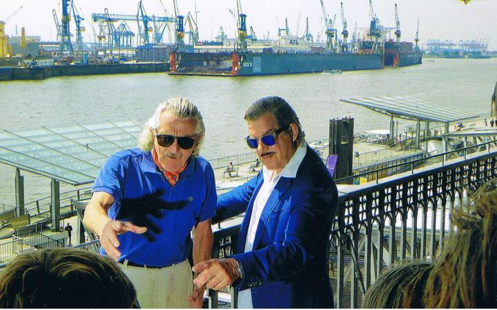 Zu sehen ist ein Bild aus dem Film »Dieter Meier – Ein Zufall«, das unter anderem Dieter Meier am Fluss zeigt
