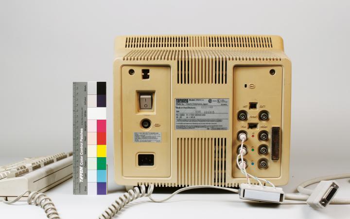 Rückseite eines Computermonitors aus dem Besitz von Herbert W. Franke.