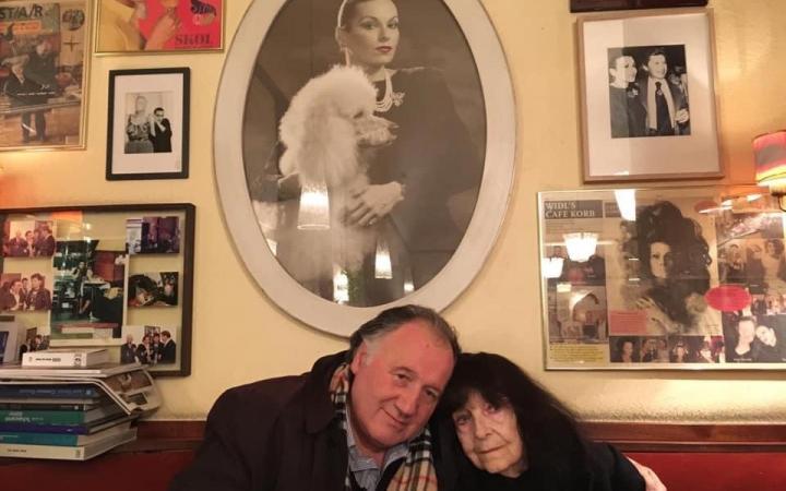 Peter Weibel mit Friederike Mayröcker vor einem Bildnis von Susanne Widl im Café Korb, Wien 2018.