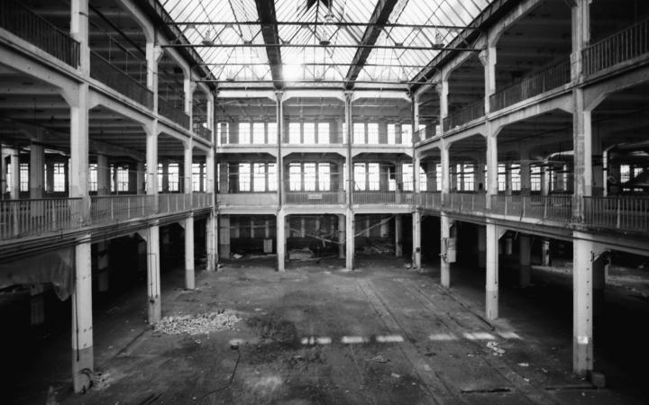 Ein Blick in den Lichthof des leeren, unrenovierten Hallenbaus.