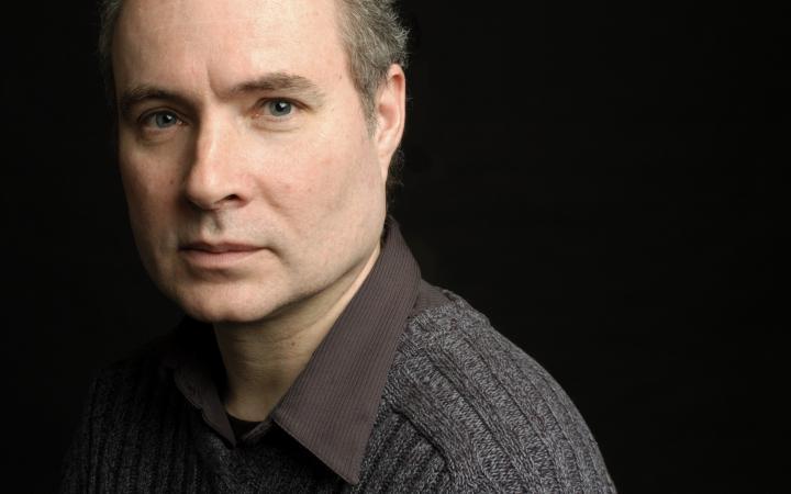 Porträt eines Mannes vor schwarzem Hintergrund