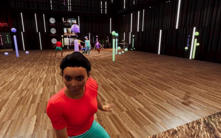 Eine virtuelle Tanzfläche, im Hintergrund tanzen virtuelle Menschen, im Vordergrund sitzt eine virtuelle Frau im roten T-Shirt