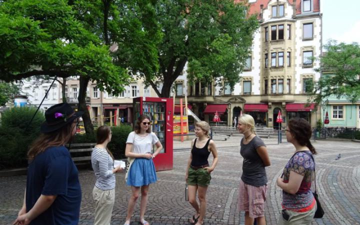 Das Foto zeigt sechs Personen im Halbkreis stehend während der Konsum-Global-Karlsruhe Führung.