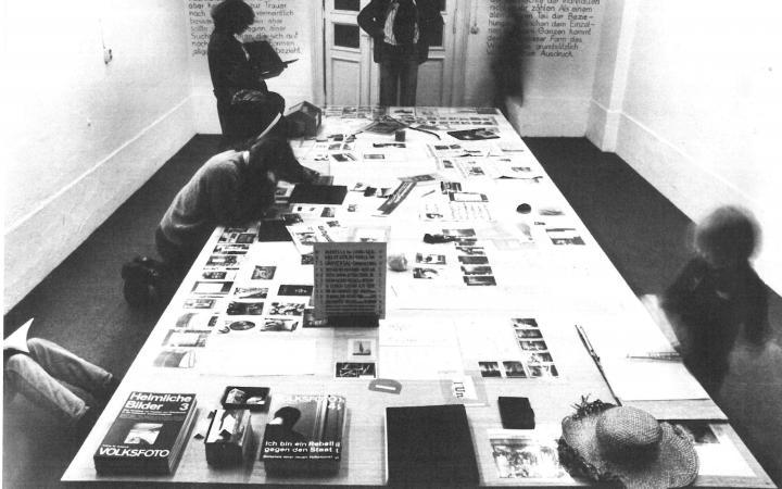 Blick in die 7. Produzentengalerie, Berlin: Tisch mit Objekten und Publikationen