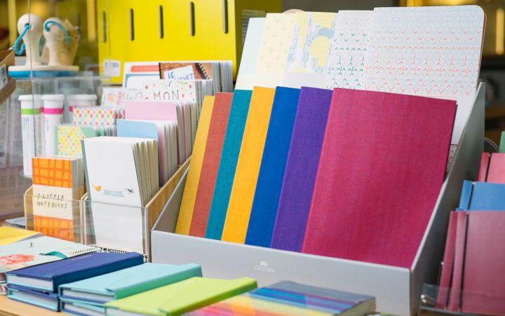 Eine bunte Vielfalt von Notizheften aus dem ZKM   Shop