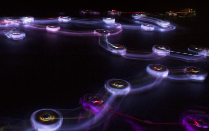 Kreise sind durch Linien miteinander verbunden. Sie leuchten.