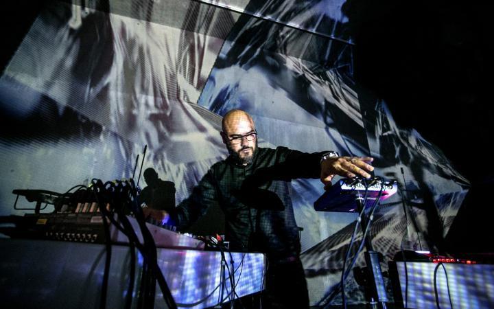Das Foto zeigt den Gastkünstler Hugo Paquete