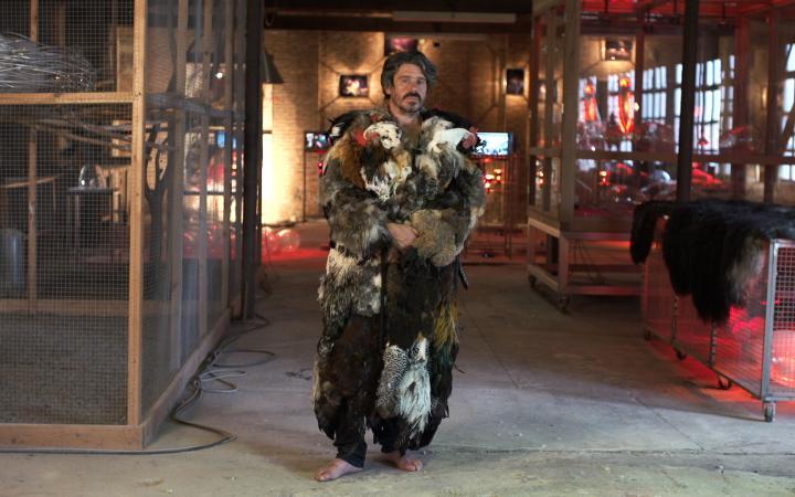 Mann in Kostüm aus Gefieder