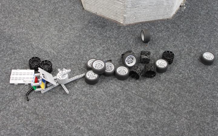 Lego-robotparts spreaded on the floor.