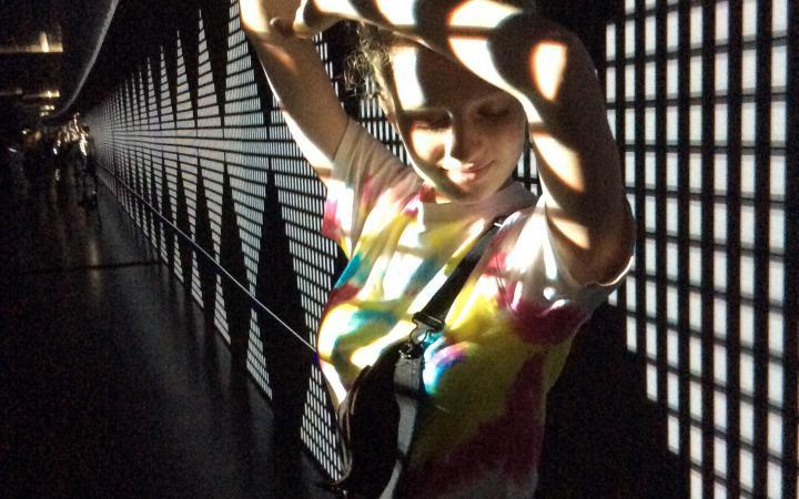 Eine Schülerin wird von einer Projektion bestrahlt im Rahmen der Veranstaltung »Art im Puls«.