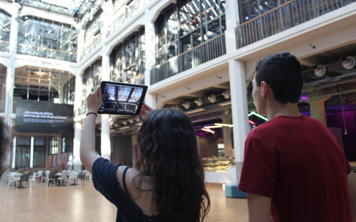Zwei Schüler die mit einem iPad ein Foto von der Decke des ZKM aufnehmen im Rahmen der Veranstaltung »Global Sound«.