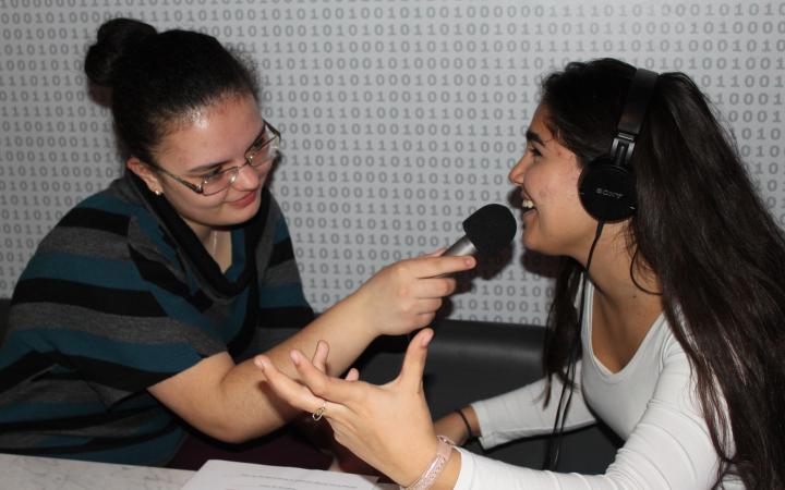 Zwei Schülerinnen die sich gegenseitig interviewen im Rahmen der Veranstaltung »Global Sound«.