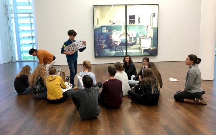 Eine Gruppe von Schülern sitzen im Kreis im Rahmen der Veranstaltung »Art im Puls«.