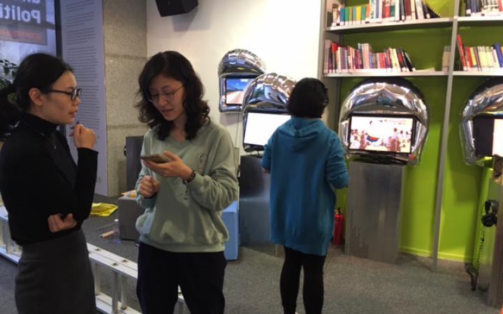 Ausstellung mit Computerbildschirmen, auf denen Videospiele zu sehen sind
