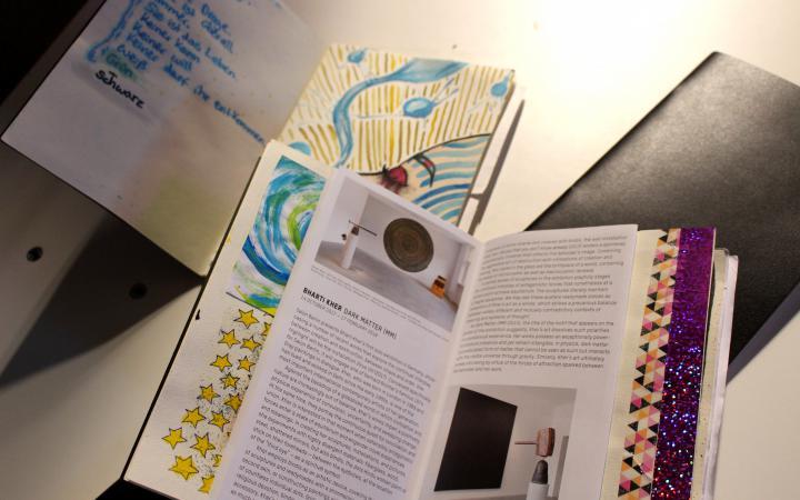 Eine Fotoaufnahme verschiedener geöffneter Bücher im Rahmen der Veranstaltung »Art im Puls«.