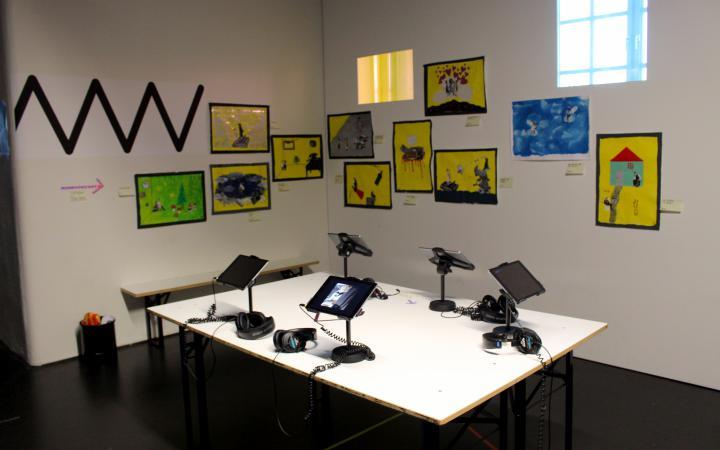 Eine Fotoaufnahme verschiedener iPads in einem Raum im Rahmen der Veranstaltung »Art im Puls«.