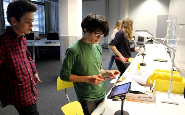 Zu sehen sind Schüler vor iPads im Rahmen der Veranstaltung »Art im Puls«.