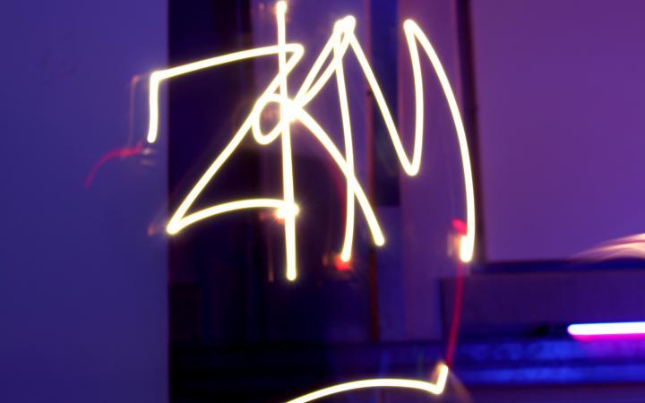 Zu sehen ist das Wort ZKM in leuchtendem Schriftzug aus Leuchtstäben im Rahmen einer Veranstaltung der Kulturakademie.