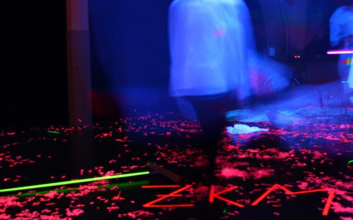 Zu sehen ist das Wort ZKM in leuchtendem Schriftzug im Rahmen einer Veranstaltung der Kulturakademie.