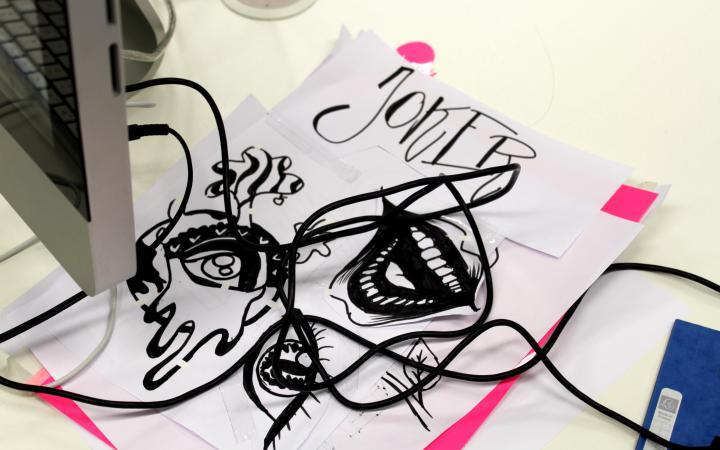 Zu sehen sind Kabel und verschiedene Sketche im Rahmen einer Veranstaltung der Kulturakademie.