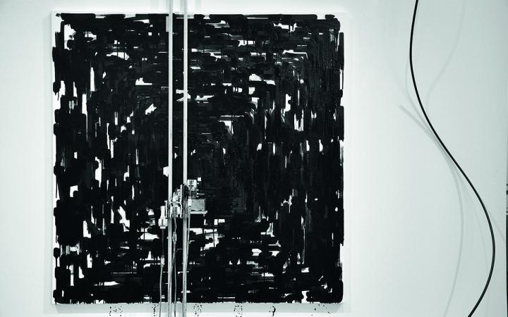 Schwarze Farbe auf weißem Grund