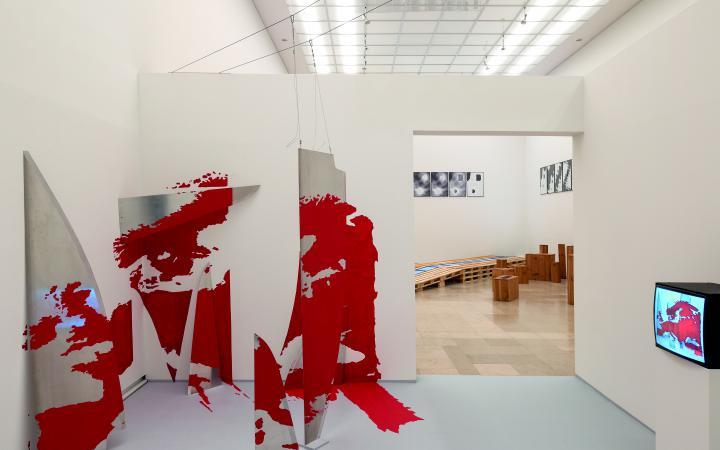 Installationsansicht. Im Raum ist eine Weltkarte dreidimensional in die Wand verwachsen.