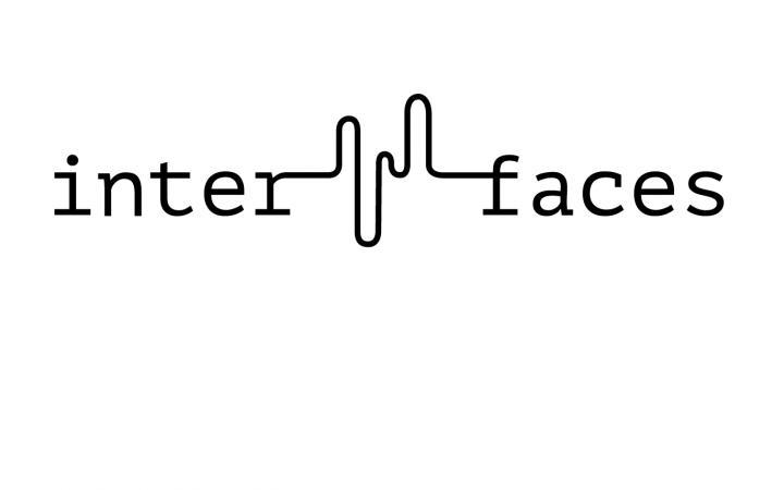 Schwarzer Schriftzug von »interfaces«auf weißem Grund