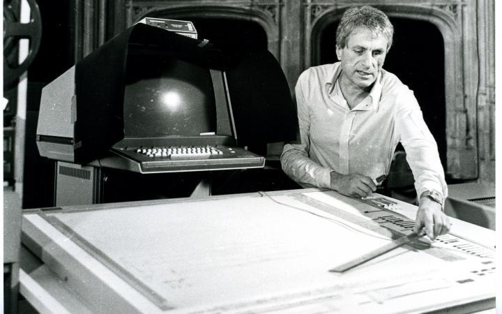 Ein Mann arbeitet an einem Computerprogramm, das die grafische Notation digital in Klang übersetzt