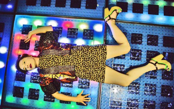 Frau liegt auf Tanzfläche