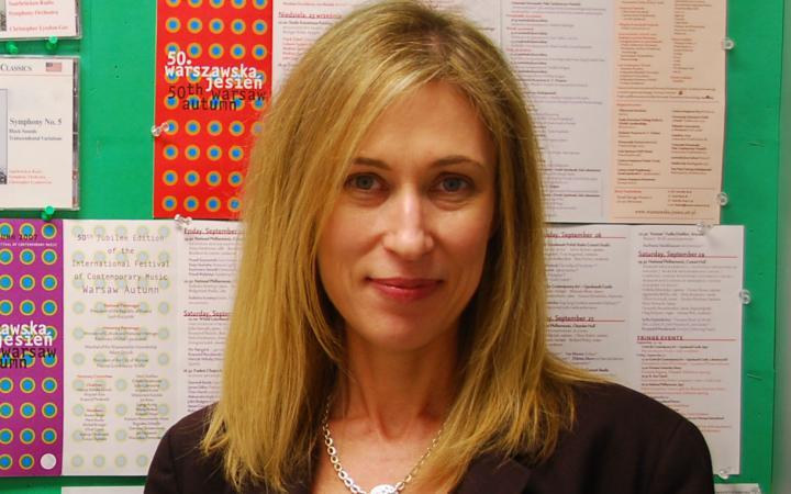 Ein Foto der Komponistin Joanne Metcalf.