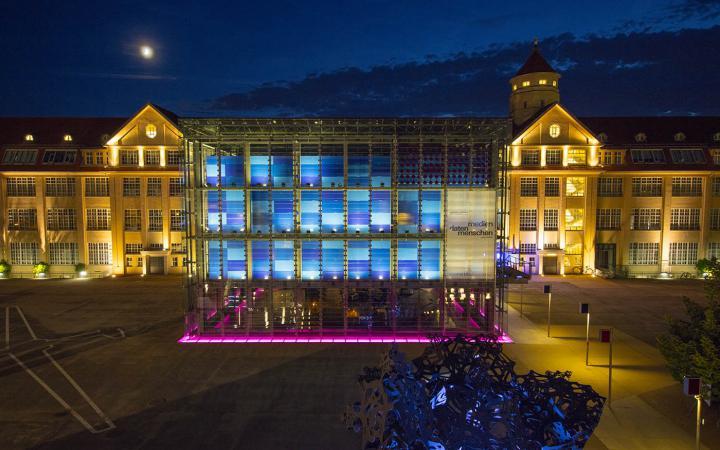 Das Bild zeigt das beleuchtete ZKM-Gebäude bei Nacht